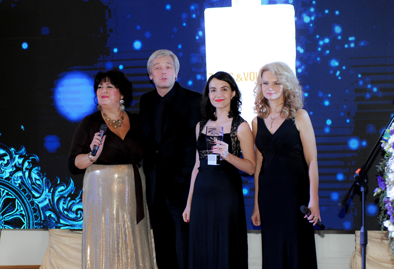 Представители официального дистрибьютора Zadig&Voltaire получают награду за аромат Just Rock! for Her