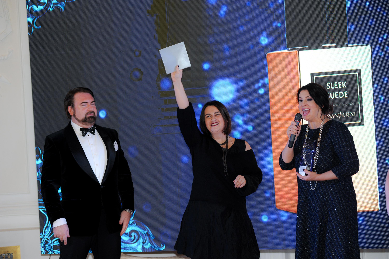 Представители официального дистрибьютора Yves Saint Laurent получают награду за аромат Sleek Suede