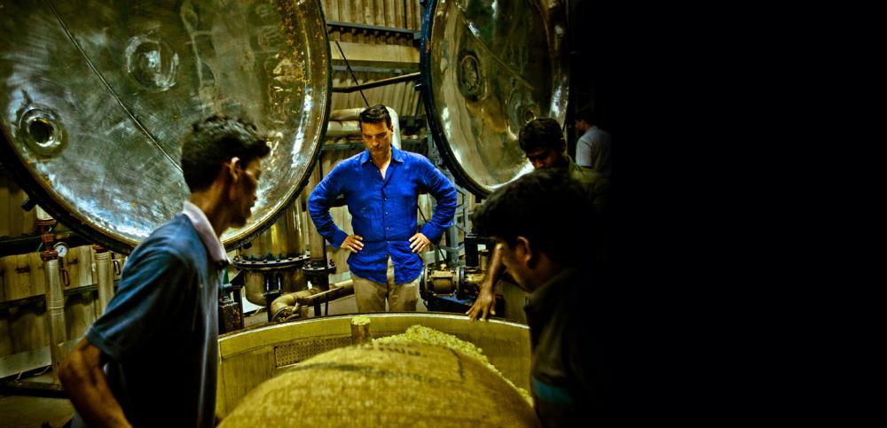 Тьерри Вассер оценивает качество парфюмерного сырья